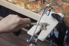 Funcionamiento del joyero con jewerly la sierra foto de archivo libre de regalías