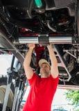 Funcionamiento del mecánico de automóviles Foto de archivo libre de regalías