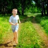 Funcionamiento del niño al aire libre Imágenes de archivo libres de regalías
