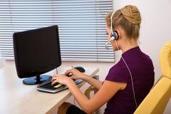 Funcionamiento del operador del centro de atención telefónica Foto de archivo libre de regalías