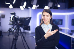 Funcionamiento del periodista de la mujer como funcionamiento del periodista del analystsWoman de las noticias del reportero, del Foto de archivo libre de regalías
