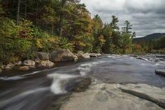 Funcionamiento del río entre orillas pedregosas en el parque de estado de la muesca de Franconia del bosque EE.UU. De New Hampshi foto de archivo