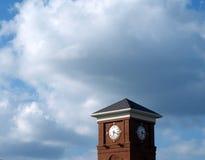 Funcionamiento del tiempo de la torre de reloj del ladrillo hacia fuera Foto de archivo libre de regalías