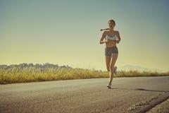 Funcionamiento deportivo de la mujer Foto de archivo libre de regalías