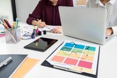 Funcionamiento elegante profesional del diseñador de moda dos como DES de la moda fotos de archivo libres de regalías