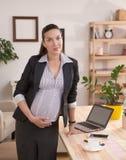 Funcionamiento embarazada de la mujer de negocios Imagenes de archivo