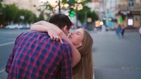Funcionamiento emocionado de la mujer de la emoci?n del amor de la reuni?n de la fecha almacen de video