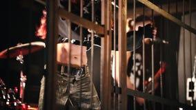 Funcionamiento emocional de la canción en el concierto Un vocalista de la mujer y otros miembros de la situación del grupo detrás metrajes