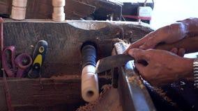 Funcionamiento experto del artesano del pedazo de madera almacen de video