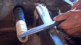 Funcionamiento experto del artesano del pedazo de madera metrajes