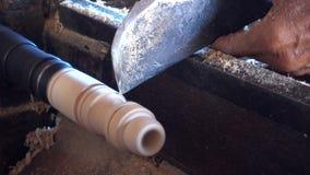 Funcionamiento experto del artesano del pedazo de madera almacen de metraje de vídeo