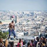 Funcionamiento fantástico de la bola de Iya Traore en la colina de Montmartre Fotos de archivo libres de regalías