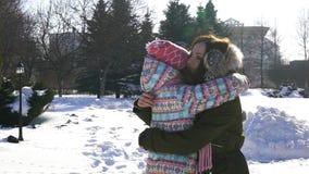 Funcionamiento feliz de la hija de la madre y del bebé de la familia, paseo que juega en invierno al aire libre en la nieve almacen de metraje de vídeo