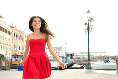 Funcionamiento feliz de la mujer en el vestido del verano, Venecia, Italia Imagen de archivo