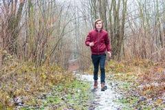 Funcionamiento feliz del muchacho del adolescente al aire libre en invierno Fotografía de archivo