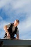 Funcionamiento feliz del roofer Foto de archivo libre de regalías