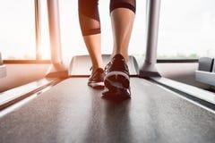 Funcionamiento femenino del entrenamiento del ejercicio de la muchacha foto de archivo