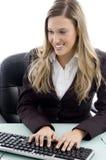 Funcionamiento femenino joven en el ordenador Foto de archivo libre de regalías
