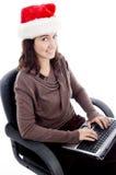 Funcionamiento femenino joven en la computadora portátil Imagenes de archivo