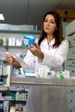 Funcionamiento femenino serio del farmacéutico Imagenes de archivo