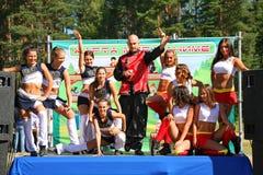 Funcionamiento festivo de muchachas hermosas jovenes de animar el VÉRTIGO del grupo de ayuda de los atletas (vértigos) Imagen de archivo