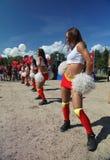 Funcionamiento festivo de muchachas hermosas jovenes de animar el VÉRTIGO del grupo de ayuda de los atletas (vértigos) Imagenes de archivo