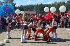 Funcionamiento festivo de muchachas hermosas jovenes de animar el VÉRTIGO del grupo de ayuda de los atletas (vértigos) Foto de archivo