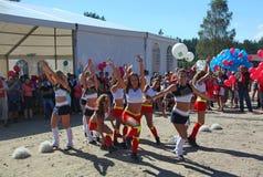 Funcionamiento festivo de muchachas hermosas jovenes de animar el VÉRTIGO del grupo de ayuda de los atletas (vértigos) Fotos de archivo libres de regalías