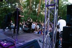 Funcionamiento grupo de rock ` Chumatsky Shlyakh ` del 10 de junio de 2017 en Cherkassy, Ucrania foto de archivo