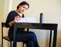 Funcionamiento hispánico de la lectura de la mujer Imagen de archivo