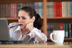 Funcionamiento joven de la mujer de negocios    Foto de archivo libre de regalías