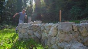Funcionamiento libre del hombre joven con las ruinas del castillo