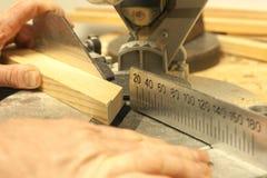 Funcionamiento, martillo, metro y destornillador del carpintero Foto de archivo
