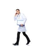 Funcionamiento masculino aterrado del doctor Foto de archivo libre de regalías