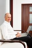 Funcionamiento mayor sonriente del hombre de negocios Fotos de archivo