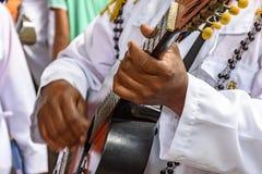 Funcionamiento musical vivo de la guitarra acústica de la música popular brasileña imágenes de archivo libres de regalías