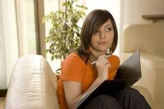 Funcionamiento o el estudiar de la mujer joven Imagen de archivo libre de regalías