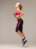 Funcionamiento o salto deportivo de la mujer imagenes de archivo