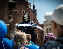 Funcionamiento para los niños en cuadrado central en Polonia Fotos de archivo libres de regalías