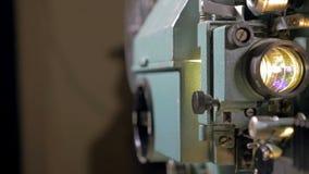 Funcionamiento pasado de moda del proyector de película almacen de video