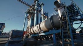 Funcionamiento potente de la planta de mezcla del asfalto almacen de metraje de vídeo