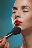 Funcionamiento profesional del artista de maquillaje Fotos de archivo libres de regalías