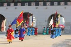 Funcionamiento real de los guardias en la puerta de Gwanghwamun, Seul, Corea Imagen de archivo libre de regalías