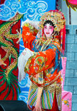 Funcionamiento a solas de la actriz china de la ópera en etapa foto de archivo