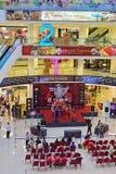 Funcionamiento temporal de la etapa en el área del atrio de la alameda de compras Fotos de archivo libres de regalías