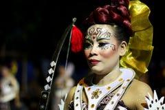 Funcionamiento tradicional del traje del arte de la calle en el carnaval 2017 de la noche de Wayang Jogja imagen de archivo libre de regalías