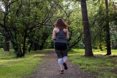 Funcionamiento trasero de la mujer gorda Concepto de la pérdida de peso Fotos de archivo libres de regalías