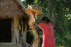 Funcionamiento tribal de la mujer imagen de archivo libre de regalías