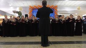 Funcionamiento vocal del coro ruso en el aeropuerto de Moscú almacen de metraje de vídeo