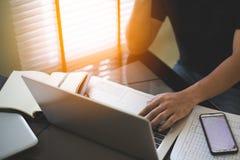 Funcionamiento y análisis del hombre de negocios en el ordenador portátil fotos de archivo